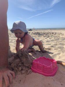 momsarahwithlove blog mama mommy spelen zand staycation