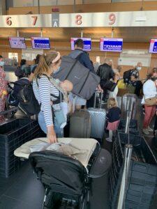 momsarahwithlove blog mama vliegreis vliegtuig baby peuter ouderschap bagage vliegen