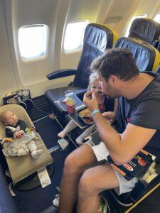momsarahwithlove blog mama vliegreis vliegtuig baby peuter ouderschap eten relax wipper