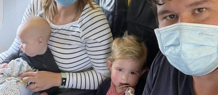 Op het vliegtuig met een baby en een peuter